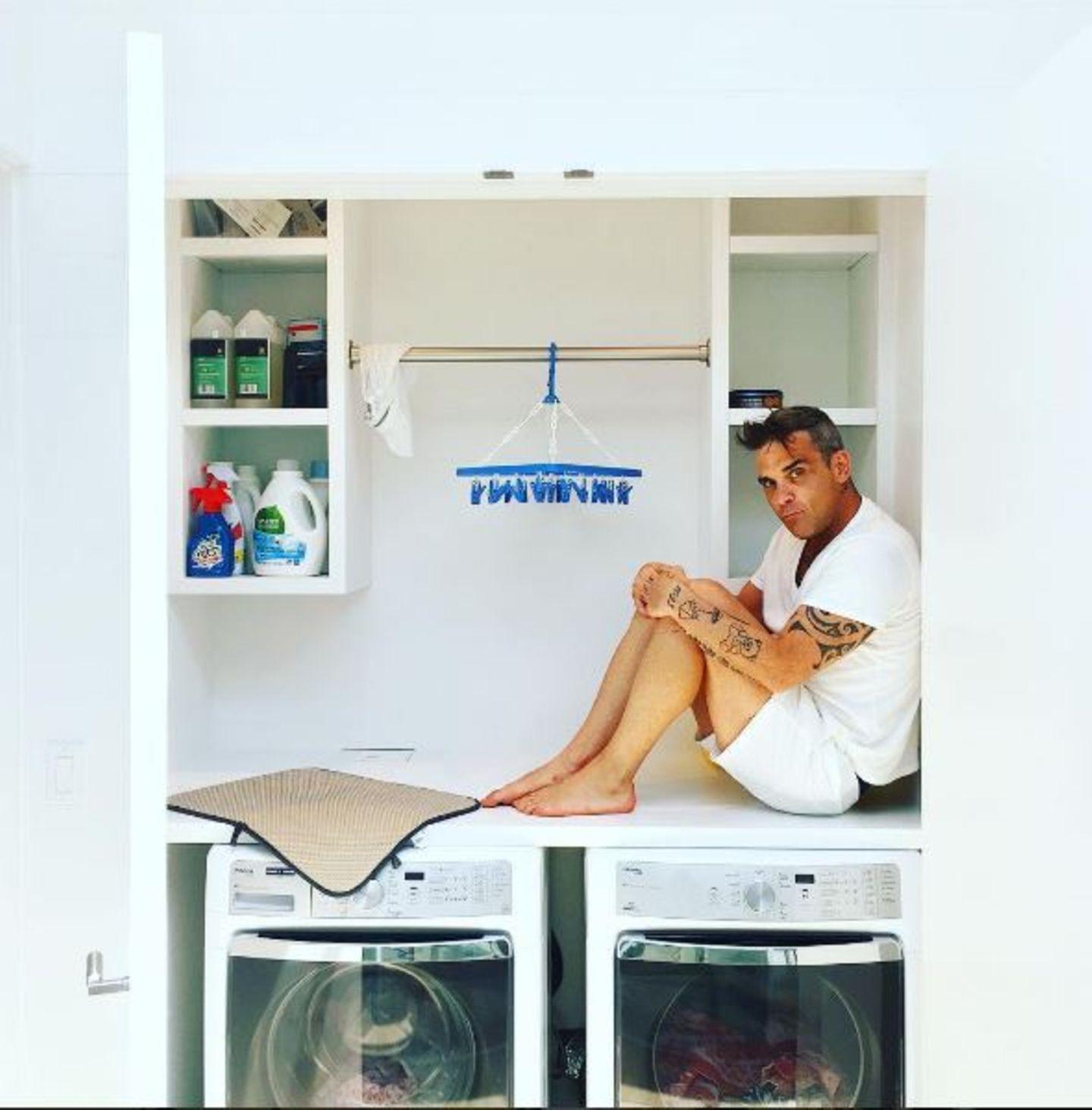 """August 2016   Einfach nur Lustig: Ayda Field überrascht immer wieder mit ihrem besonderen Humor. Dieses Bild von Robbie Williams betitelt sie schlicht mit: """"Ein Popstar auf der Waschmachine."""""""