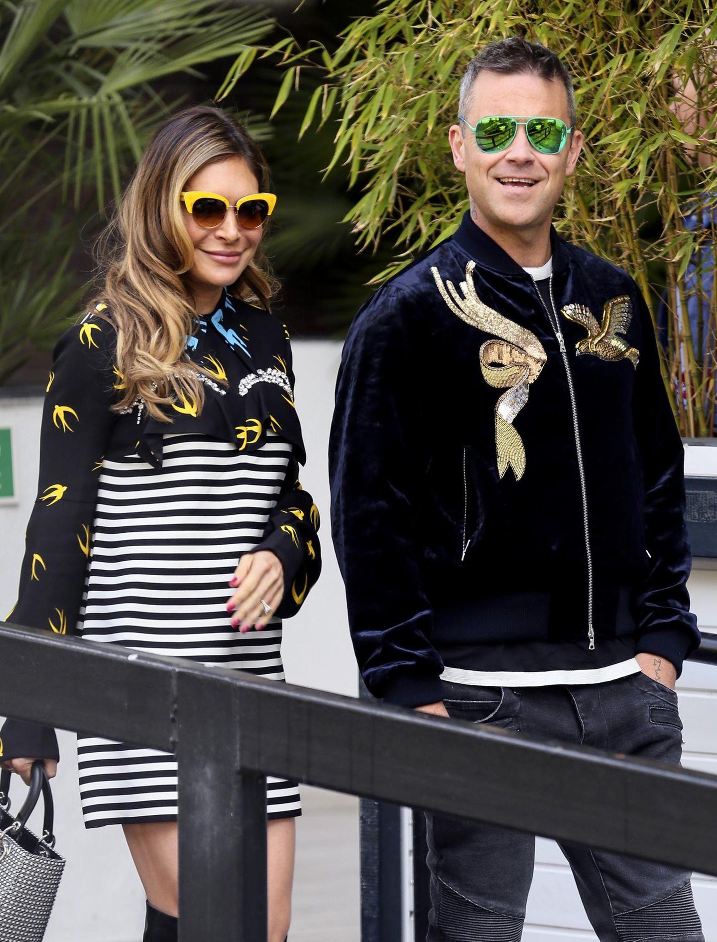 April 2016  Ayda Field und Robbie Williams verlassen mit poppigen Sonnenbrillen und Vogel-Outfits die ITV Studios in London.