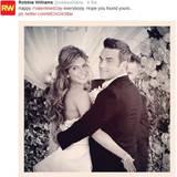 So schön verliebt: Robbie Williams grüßt seine Fans am Valentinstag mit einem Hochzeitsfoto von sich und Ayda Field.