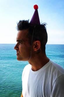 September 2016   Ein Mann und das Meer: Robbie Williams befindet sich gerade in Malibu mit seiner Familie. Warum er einen Partyhut aufhat, weiß man nicht, aber den sehnsuchtsvollen Blick am Meer, kennen wir alle.