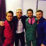 Juni 2015  Robbie Williams freut sich malwieder mit den Jungs rumzuhängen.