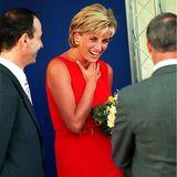 1997   Einen Monat vor ihrem Tod strahlt Prinzessin Diana viel Glück aus, die Beziehung zu Dodi Al-Fayed scheint ihr gut zu tun. Auch er wird am 31. August mit ihr im Autowrack sterben.