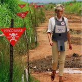 1997   Auch auf die Gefahr hin verletzt zu werden, begibt sich Diana in ein Minenfeld. Neben ihrem Engagement für die AIDS-Hilfe gilt ein großer Teil ihrer Aufmerksamkeit auch dem Abbau von Landminen.