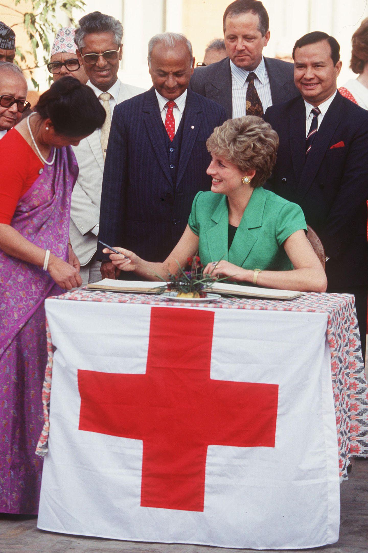 1985   Diana ist bekannt für ihr ausgeprägtes soziales Engagement. Hier sieht man sie während einer Rot-Kreuz-Veranstaltung in Nepal.