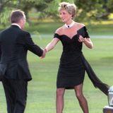"""1994  Charles macht im Fernsehen seine Affäre mit Camilla Parker-Bowles, der späteren Herzogin von Cornwall, öffentlich - eigentlich eine ziemliche Demütigung für Diana. Diese kontert jedoch mit besonders viel Stil und macht ihr kleines Schwarzes als das """"Revenge Dress"""" bekannt."""