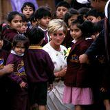 1997   Kurz nach ihrer Trennung von Prinz Charles erklärt Diana zwar ihren Rückzug aus wohltätigen Verpflichtungen, hält diesen Zustand aber nicht lange aus und reist schon bald wieder um die ganze Welt, um zu helfen. Hier ist sie im Hindu-Tempel in Neasden.
