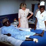 1990   Besuch in einem Krankenhaus in Kamerun: Ihr soziales Engagement reicht weit über Reden und Geldspenden hinaus. Nähe und der persönliche Kontakt zu den Menschen gehören für die Prinzessin bei ihrer Arbeit dazu.
