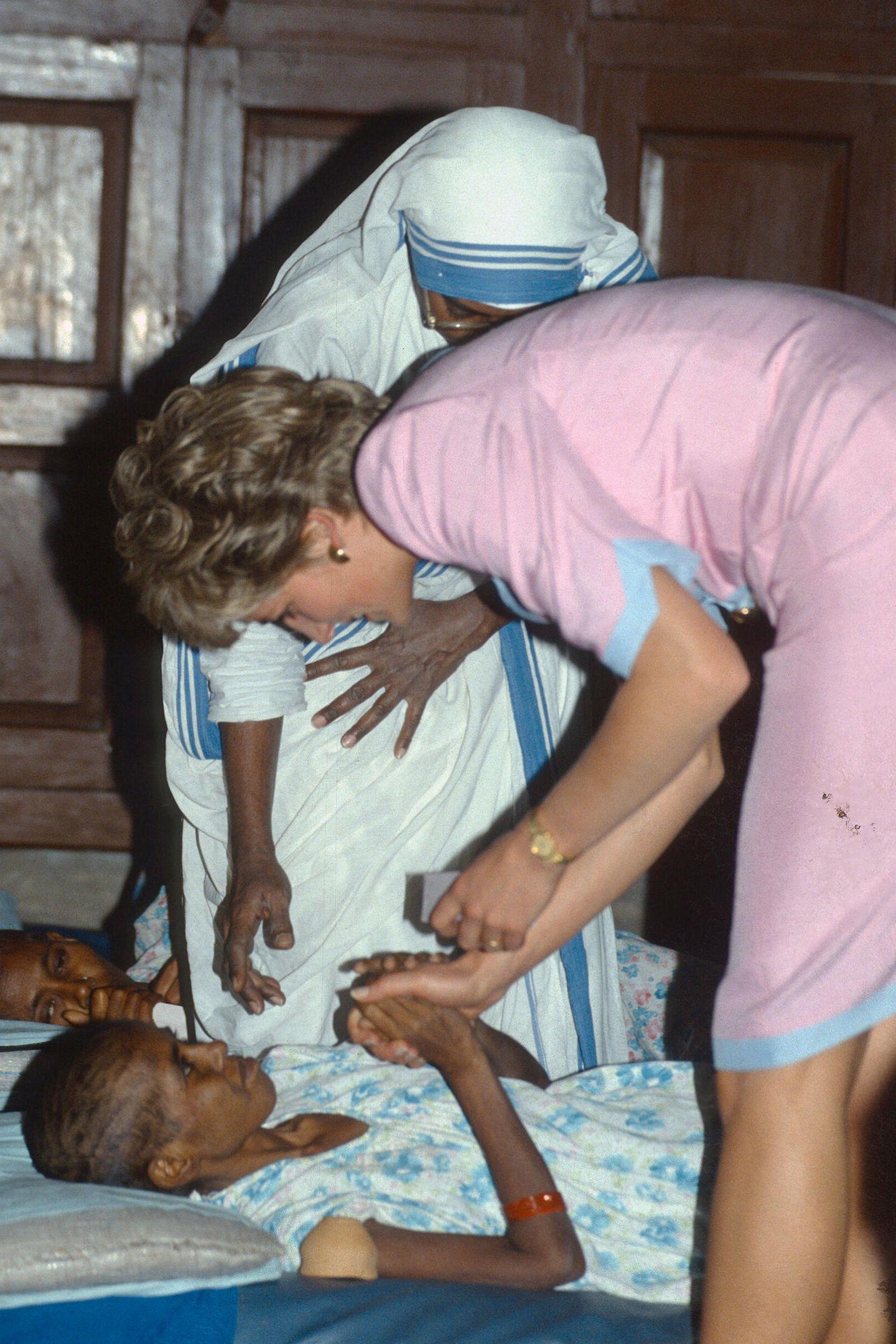 1992   Ablenkung bei einem Krankenbesuch in Kalkutta. Am Ende des Jahres gibt der ehemalige Premierminister John Major die Trennung von Charles und Diana bekannt.