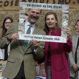Sie dürfen auch mal Albern sein: In Asturien zeichnen König Felipe und Königin Letizia eine musterhafte Stadt aus.