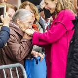 Mit einem Handkuss rührte eine Besucherin Königin Letizia ganz besonders.