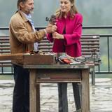Ein Künstler überreicht Königin Letizia einen wunderschönen bronzenen Rosenstrauch.
