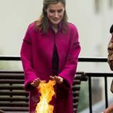Auch in Spanien wird es mal kalt: Königin Letizia wärmt sich die Hände am Feuer.