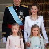 Das spanische Königspaar erreicht den Abgeordnetenkongress in Madrid mit ihren Töchtern Prinzessin Leonor und Prinzessin Sofia.