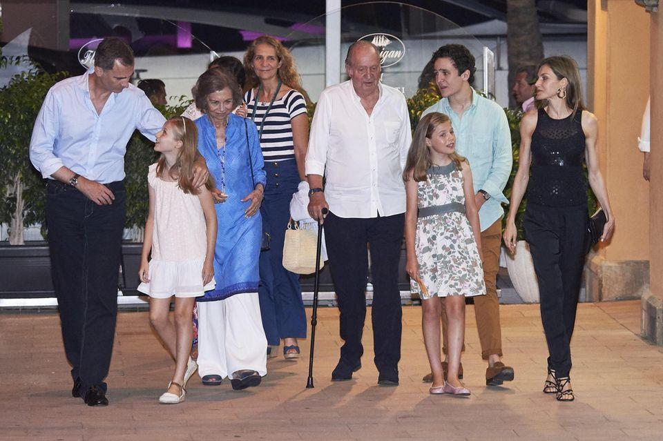 König Felipe, Königin Sofia, König Juan Carlos, Königin Letizia und ihre Töchter Sofia und Leonor kommen gut gelaunt aus dem Restaurant Flanigan in Portals Nous, Mallorca.