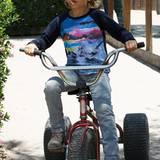 Kitschige 80er-Jahre Motive auf Shirts sehen bei Kingston auch mit schlichter Slim-Jeans gut aus.