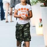 Mustermix: Die Camouflage-Shorts trägt Kingston zu karierten Stoffschuhen und bedrucktem T-Shirt.