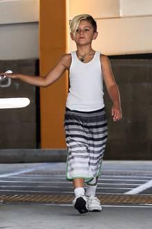 Feinripp-Unterhemden sind was für alte Männer?! Findet Kingston gar nicht und kombiniert seines mit gestreiferter Sporthose.
