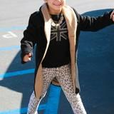 Der Papa ein Rockstar, die Mama ein Fashion-Vorbild - Ganz klar, dass Kingston Rossdale beide Stile vereint. Die Hose mit Leopri