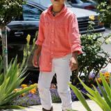 Hochgekrempelte Jeans mit Leder-Boot und dazu ein lässig raushängendes Hemd, mehr braucht es gar nicht für ein stylishes Kinderoutfit.