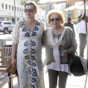 Mila Jovovich verlässt gut gelaunt mit ihrer Mutter ein Restaurant in Beverly Hills. Sicherlich freuen sich beide schon auf den Nachwuchs.