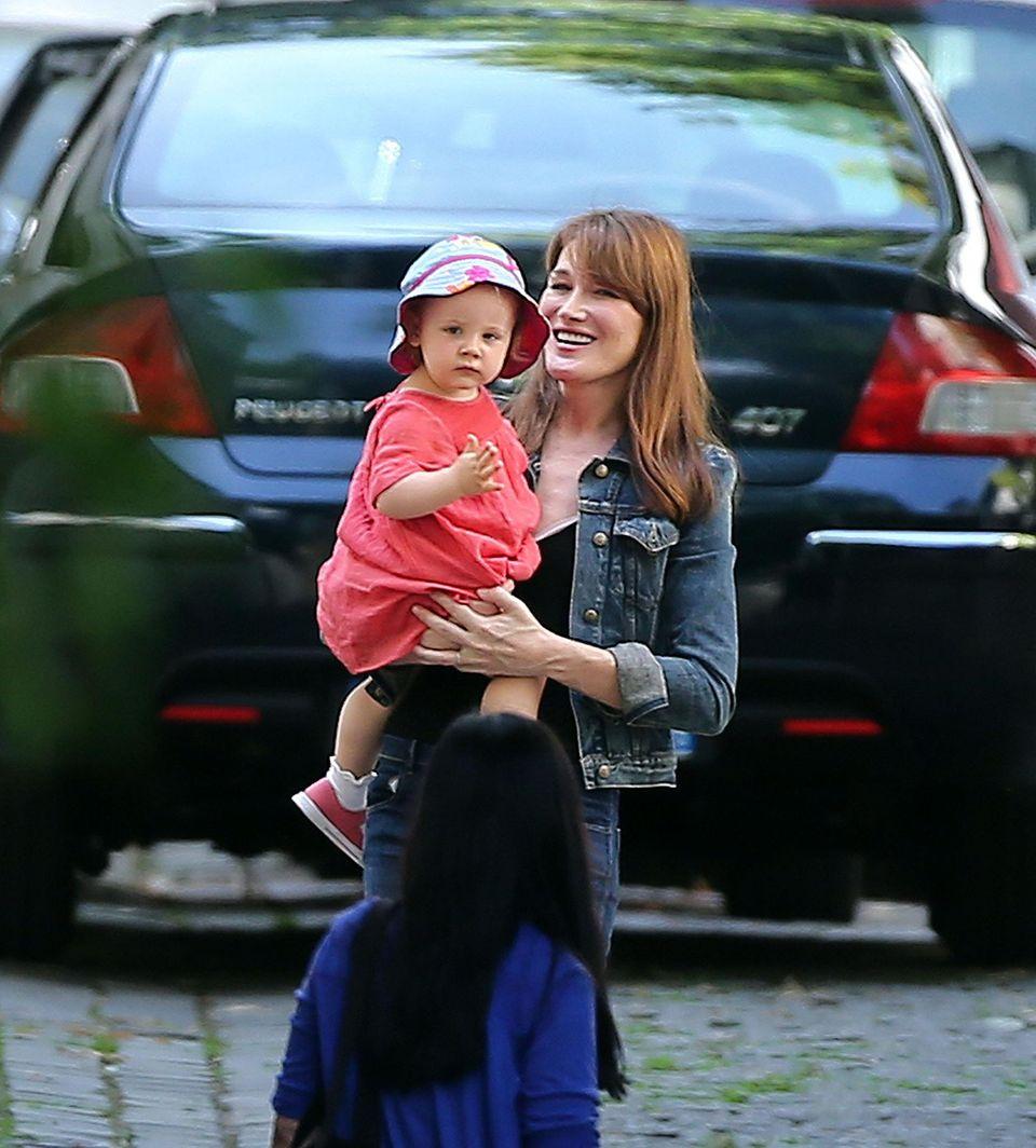 19. Juni 2013: Mama Carla Bruni-Sarkozy ist mit Töchterchen Giulia in Paris unterwegs.