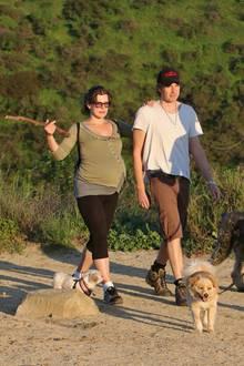 5. März 2015: Bald ist es soweit! Die hochschwangere Milla Jovovich und ihr Ehemann Paul W. S. Anderson gehen mit ihren Hunden wandern.