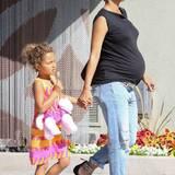 Boyfriend-Jeans, schlichtes Shirt und ein Kind im Pink-Rausch: Halle Berry und Tochter Nahla zeigen sich wenige Tage vor der Geburt des Babys als eingespieltes Mode-Duo.