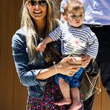 Molly Sims kommt mit ihrem Sohn Brooks Alan an. Im Hintergrund ist der Mann des Models, Film-Produzent Scott Stuber, zu sehen.