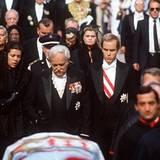 Eine Familie zerbricht. Gramgebeugt folgt Fürst Rainier am 18. September 1982 dem Sarg seiner Frau. Zur Seite stehen ihm die Kin