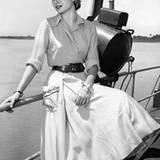"""Grace Kelly in einer Drehpause am Set des Films """"Grünes Feuer"""" (Green Fire""""). Ihre Filmroben waren legendär und verschafften ihr"""