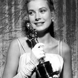"""Im Jahr 1955 darf sich Grace Kelly über ein Oscar freuen. Sie wird für ihre Rolle in """"Ein Mädchen vom Lande"""" (""""The Country Girl"""""""