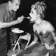 """Wer ein Hollywood-Star ist, muss nicht einmal selber essen: Grace Kelly wird in einer Drehpause von """"Über den Dächern von Nizza"""""""