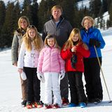 23. Februar 2015   Zum jährlichen Fototermin in den Winterferien, stellt sich die gesamte niederliche Königsfamilie für die Fotografen zusammen. Neben dem Königspaar, Willem Alexander und Maxima, den drei Töchtern, ist auch Prinzessin Beatrix mit dabei.