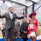 Der König hält eine kurze Dankesrede. Seine Frau und seine drei Töchter sind mit auf der Bühne.