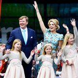 """König Willem-Alexander ist mit seinen drei Töchtern, Ehefrau Máxima und Mutter Beatrix auf der großen Bühne angekommen. Von hier aus bedankt sich der König auch bei allen, die zu dem """"unvergesslichen"""" Königstag beigetragen haben und sagt: """"Es war phantastisch!"""""""