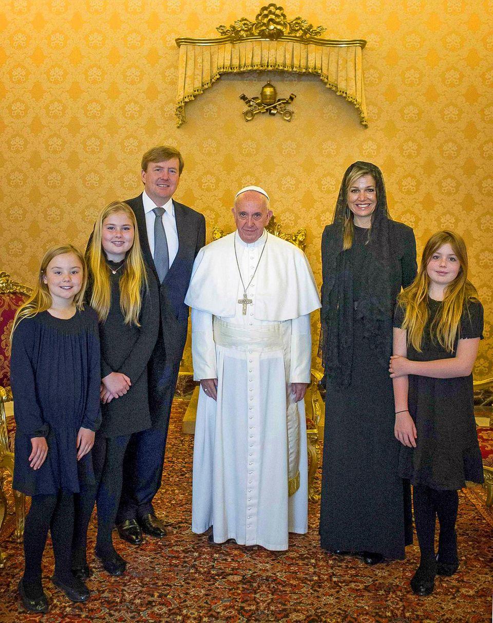 25. April 2016  König Willem-Alexander und Königin Máxima sind mit ihren drei Töchtern Ariane, Amalia und Alexia im Vatikan zu Besuch. Bei einer 15-minütigen Privataudienz treffen sie Papst Franziskus, der wie Mama Máxima aus Argentinien stammt.