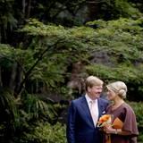 Im Garten des Seishoji-Tempels posieren König Willem-Alexander und Königin Máxima vor einer wunberbaren Kulisse für ein Foto. Beide scheinen ihren Japan-Besuch gut gelaunt zu genießen.