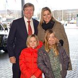 1. Februar 2015  Mit Ariane (links) und Alexia kommt das Königspaar zu einem Reitturnier in Amsterdam. Warum Königin Máxima ihrer neunjährigen Tochter wohl den Mund zu hält?