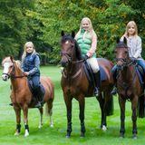 7. Dezember 2015  Zum 12. Geburtstag von Prinzessin Catharina-Amalia van Oranje (m.) postet der niederländische Hof ein Foto der drei Mädels hoch zu Ross.