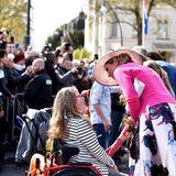 27. April 2016  Königin Máxima begrüßt die wartenden Gratulanten.