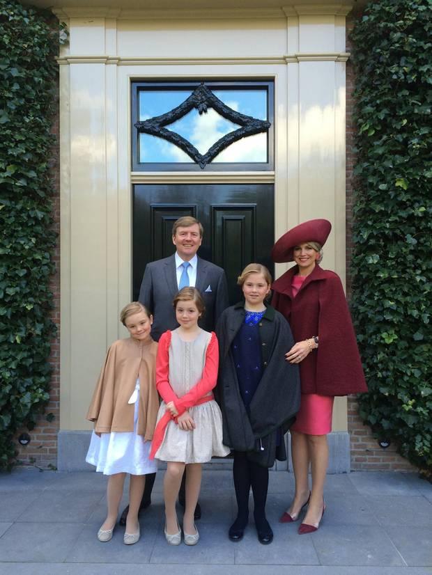Das Königspaar posiert in Dordrecht mit seinen drei Töchtern Ariane, Alexia und Amalia für ein fröhliches Familienfoto.