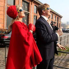Deutschland Tag 2  An der Hamburger Fischauktionshalle verfolgt das Königspaar, mit Spezialbrillen ausgestattet, die Sonnenfinsternes.