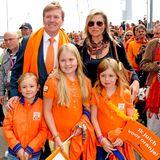 15. Juni 2014  Willem-Alexander und Máxima feuern mit ihren Mädchen das Hockey Team der Niederlande beim Weltmeisterschaftsspiel gegen Australien in Den Haag an.