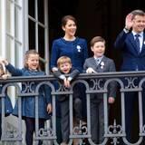 Dänemarks Kronprinzenfamilie zeigt sich am Balkon: Prinzessin Josephine, Prinz Vincent, Prinzessin Isabella und Prinz Christian und ihre Eltern Prinzessin Mary und Prinz Frederik.