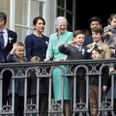 Königin Margrethe zeigt sich auf dem Schlossbalkon umgeben von ihren beiden Söhnen, den Schwiegertöchtern und Enkelkindern.