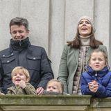 1. November 2015  Die dänische Kronprinzenfamilie zeigt sich bei der traditionellen Hubertusjagd im Dyrehaven, Klampenborg, außerhalb von Kopenhagen. Besonders dem kleinen Prinz Vincent gefällt es dort.