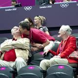 28. Juli 2012: Eine liebevolle Geste, die entzückt: Prinz Frederik drückt seinem Vater Prinz Henrik während eines Olympia-Handba