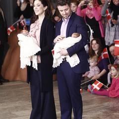 14. Januar 2011: Stolz präsentieren die stolzen Eltern Prinzessin Mary und Prinz Frederik ihre 7 Tage alten Zwillinge der Öffent
