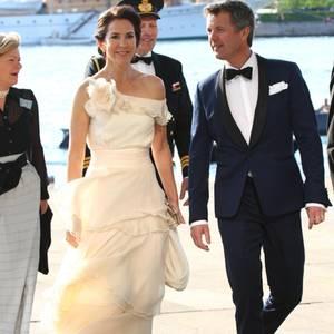 13. Mai 2016  Einen Tag vor ihrem zwölften Hochzeitstag zeigen sich Prinzessin Mary und Prinz Frederik eim Galadinner zum 150. Jubiläum des dänischen Yachtclubs in der Oper in Kopenhagen.