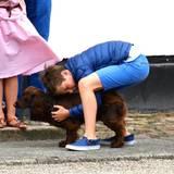 Der Familienhund, der von Prinz Christian geknuddelt wird, darf natürlich auch nicht fehlen.